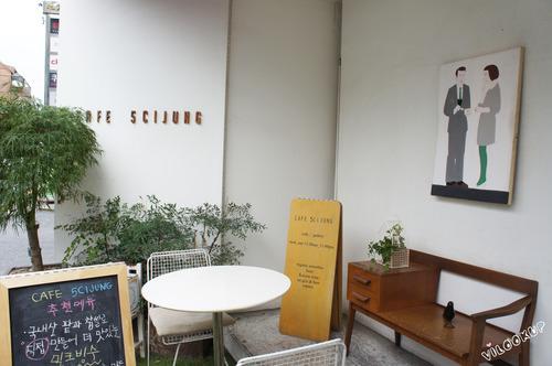 新沙洞樹蔭街巷弄內的小天地。熊拉花拿鐵。好多小故事的「CAFE 5CIJUNG (五詩情)」/ 首爾【Line3.新沙站 신사역(337)】